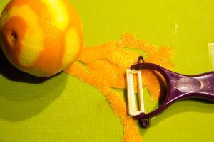 A l'aide d'un zesteur prélevez le zeste de l'orange