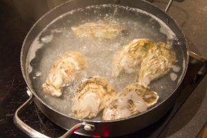 Lavez les huîtres et pochez-les 20 secondes dans un bain d'eau bouillante