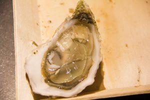 Ouvrez les huîtres et ôtez -les de leur coquille