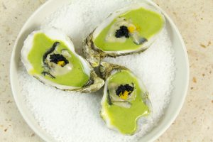 poser un peu d'œuf de lump ou de caviar sur le dessus et de zester un peu de citron sur chaque huître
