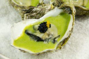 Huîtres mi-cuites, crème d'estragon et perles de la mer