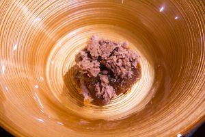 Déposez des pépites croustillantes dans le fond du bol puis pochez par dessus de la crème au chocolat avec le siphon