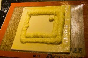 A l'aide de la poche à douille, déposez la crème citron coco sur la pâte