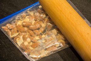Placez les amandes dans un sachet plastique et écrasez-les grossièrement avec un rouleau à pâtisserie