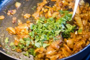 En fin de cuisson ajoutez la menthe ciselée et mélangez bien