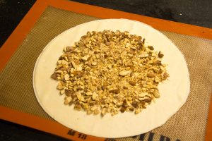 Saupoudrez l'intérieur du cercle de pâte d'éclats d'amandes