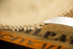 Puis à l'aide d'un petit couteau, chiquetez toute la bordure. Cela permet de bien souder les deux épaisseurs de pâte.