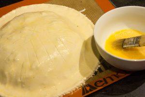 A l'aide d'un pinceau, badigeonnez toute la surface de la galette avec le restant du mélange jaune d'œuf et eau