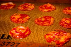 Déposez les tranches de chorizo sur une surface anti adhésive et passez au four à 90° pendant 1h30