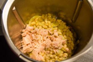 Mixez les haricots blancs avec 20 g de thon