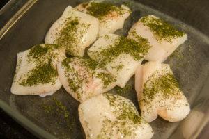 saupoudrez un peu de poudre d'algue sur chaque morceau