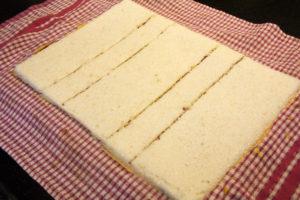 Découpez dans la pâte deux morceaux correspondant l'une à la base de votre moule à bûche et l'autre à la base de votre insert à bûche