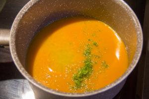 Versez la purée de mangue dans une casserole et portez à ébullition