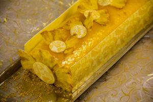 Piquez joliment quelques morceaux d'ananas sur le dessus de la bûche