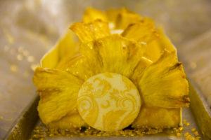 Juste avant de servir disposez les morceaux d'ananas pour former les embouts de bûche