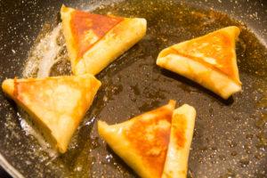 Repassez les triangles de crêpes à la poêle avec une noix de beurre juste avant de servir