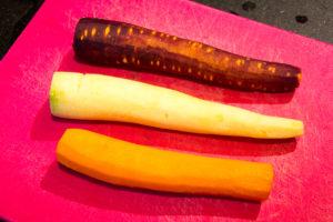 Épluchez les carottes de couleur