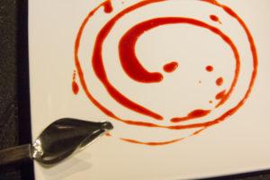 Dessinez une spirale de coulis de betterave à l'aide d'une cuillère sur l'assiette