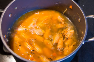 Mouillez les têtes de crevette avec le fond de poisson et laissez cuire à feu doux pendant 20 mn