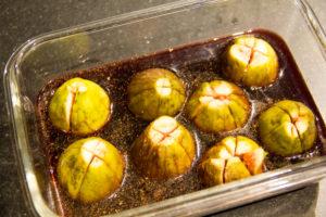 Disposez les figues dans un petit plat avec le vin et le poivre long