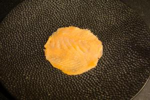 Déposez une tranche de saumon fumé dans le fond de l'assiette