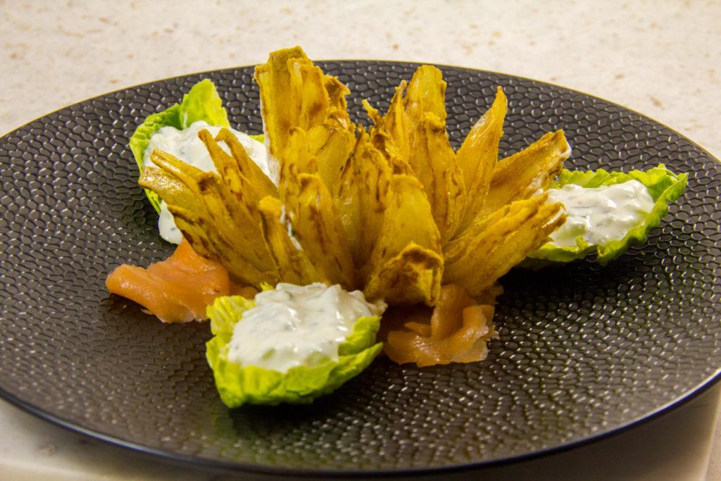 Fleurs d'oignon, sauce fraîche