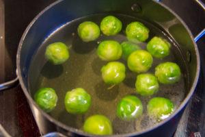 Faites amenez une casserole d'eau à ébullition et plongez-y les choux de Bruxelles pendant 2 mn