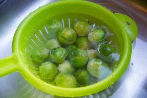 Égouttez les choux de Bruxelles et plongez-les dans l'eau froide pour arrêter la cuisson