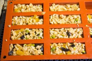 Versez le mélange dans les moules et tassez bien avec une cuillère ou une petite spatule