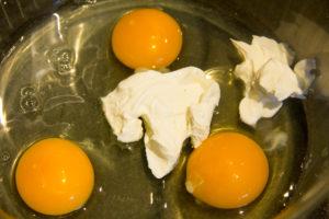 Mélangez les œufs et la crème dans un bol