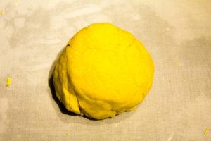 Puis amalgamez le crumble et travaillez-le pour former une belle boule