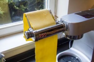 Abaissez la pâte au laminoir