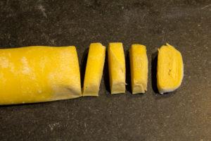 Coupez alors des bandes de 4 à 5 mm de large avec un couteau