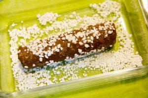 Roulez vos boudins de pâte dans le sucre perlé.