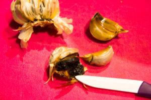 Ouvrez deux gousses d'ail noir et prélevez-en l'intérieur