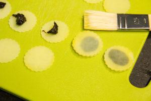 Disposez une petite noix d'ail noir sur la moitié des tranches