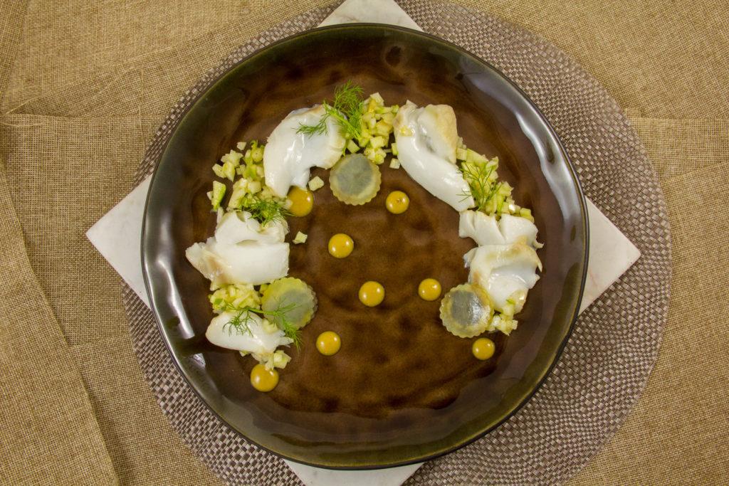 Pétales de cabillaud basse température, fenouil , pommes et ravioles de pommes de terre à l'ail noir