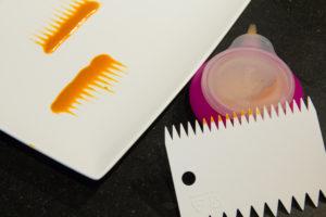 Tracez des petites bandes de coulis à l'aide d'une pipette