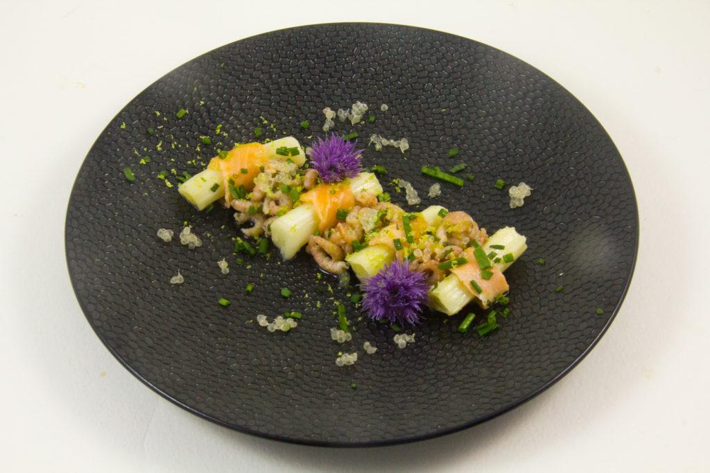 Salade de poireaux basse température, saumon mariné et crevettes grises acidulées