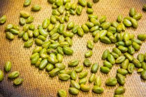 Faites griller les 60 g de pistaches au four à 180° pendant 10 mn