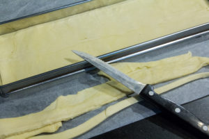 Découpez le surplus de pâte tout autour à l'aide d'un petit couteau