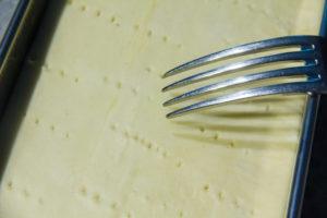 Piquez la pâte à l'aide d'une fourchette