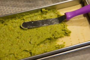 Étalez la pâte de pistache sur la pâte feuilletée