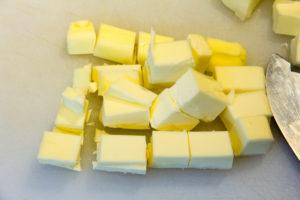 Coupez le beurre congelé en petits morceaux