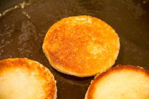 Faites colorer les rondelles de pain de mie à la poêle avec un peu de beurre