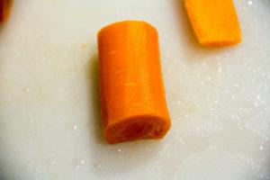 Puis pivotez le tronçon de carotte de façon à ce qu'il repose sur le côté que vous avez coupé