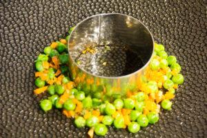 Disposez autour le mélange petits pois carotte