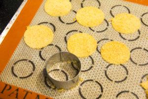réaliser des petits tas réguliers de poudre de caramel