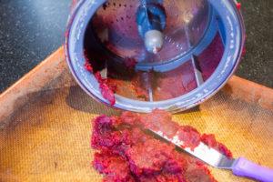 Récupérez la pulpe de betterave et étalez-la finement sur du papier cuisson
