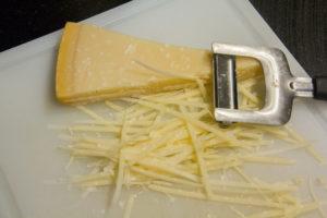 Prélevez des lanières de parmesan